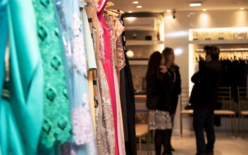 Parceria com joias Camila Klein e lançamentos marcam celebração dos cinco anos da The Dress Casual & Party