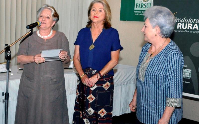 Beatriz Dreher Giovannini recebe o troféu Destaque Feminino Rural